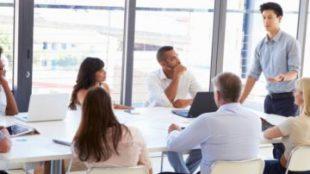 كيف يجب أن تكون أبعاد طاولة الاجتماع؟